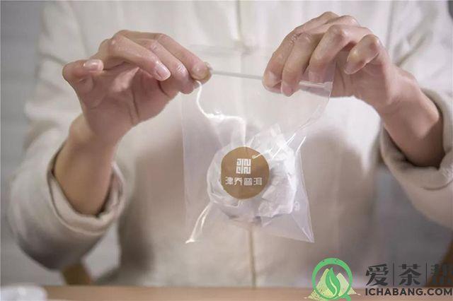 掰碎的柑普茶可以用棉纸包好放进收纳袋