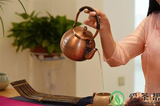 冲泡老茶的水温应始终维持在沸腾状态